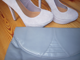 Clutch und Pumps in grau