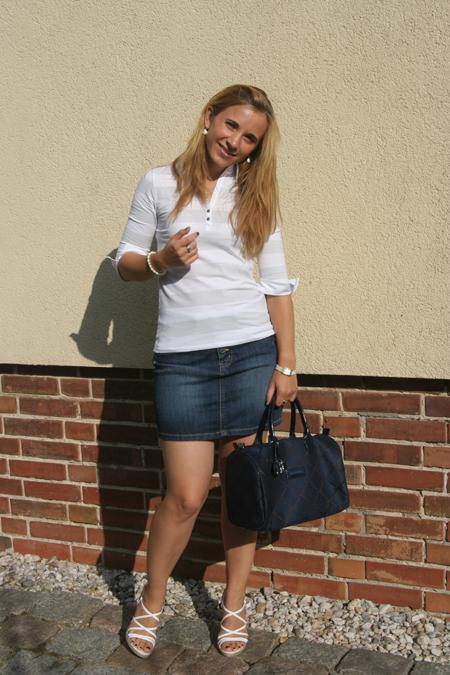 Marie mit dunkelblauer Longchamp Tasche