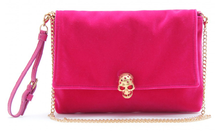 Alexander McQueen pinkfarbene Clutch aus Samt mit goldfarbenem Totenkopf