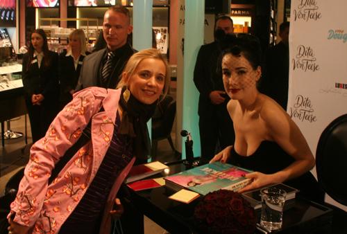 Bild Dita Von Teese und Marie Live in Berlin bei Douglas