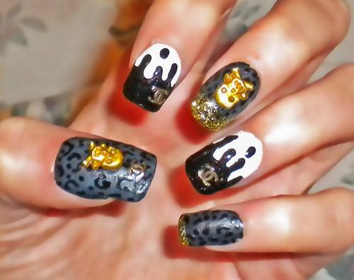 Nägel mit Totenkopf und Chanel Logo