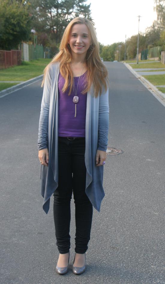 Tagesoutfit grau und lila und graue Lackpumps