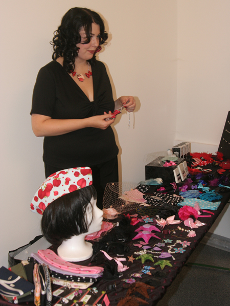 Daniela bei den tollen Accessoires