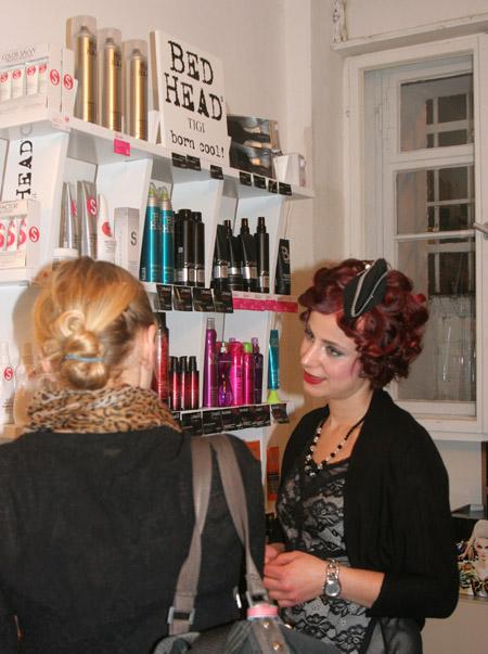 Laura mit Kunden