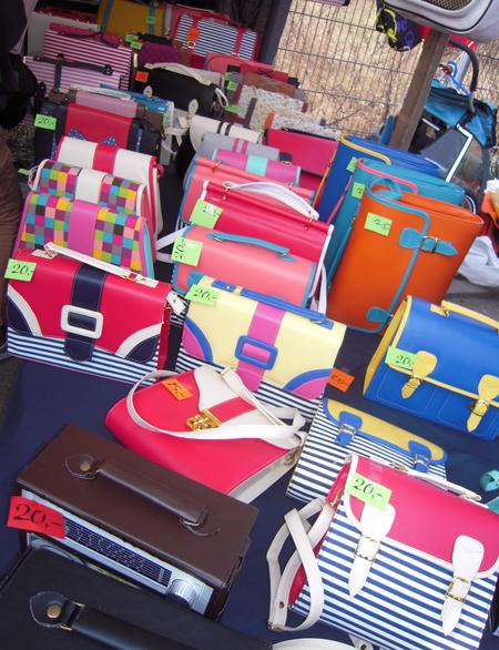 Bunte Taschen auf dem Flohmarkt am Mauerpark