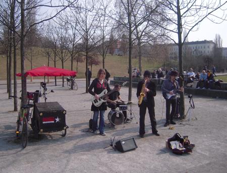 Prenzlauer Berg Flohmarkt am Mauerpark Band Rupert's Kitchen Orchestra