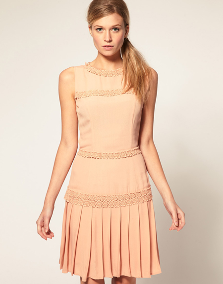 ASOS – Kleid mit Blumenverzierung, 38,24 Euro