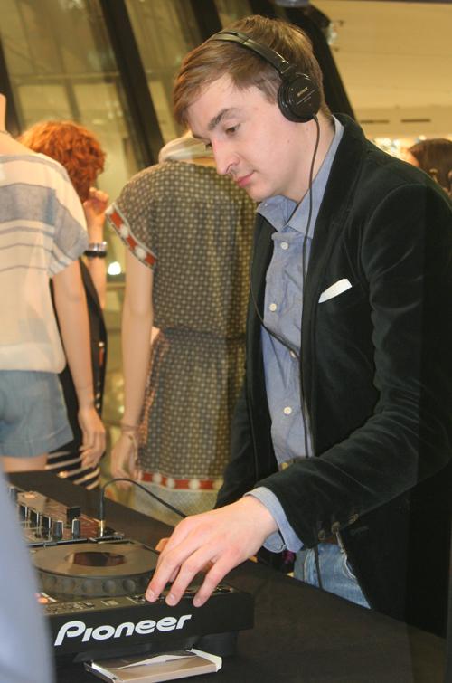 DJ bei der Club Monaco Shop Opening