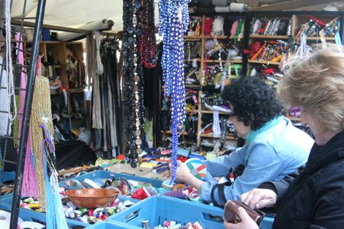 Frauen beim Knöpfe kaufen auf dem Reißverschlüsse auf dem Stoffmarkt am Maybachufer