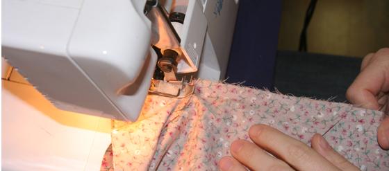 Schnittkanten werden mit der Kettelmaschine versäubert