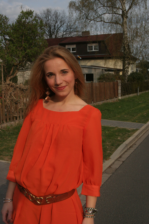 Tagesoutfit orangefarbenes Kleid 1