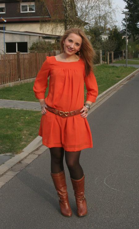 Tagesoutfit orangefarbenes Kleid 2