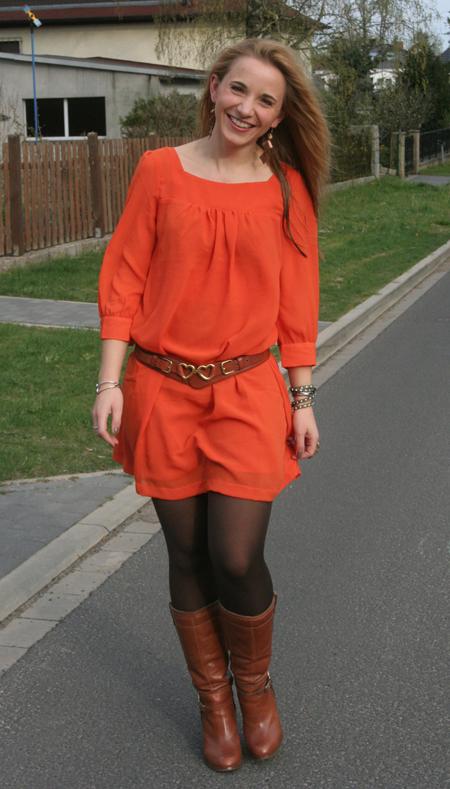 Tagesoutfit orangefarbenes Kleid 3