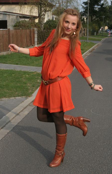 Tagesoutfit orangefarbenes Kleid 6