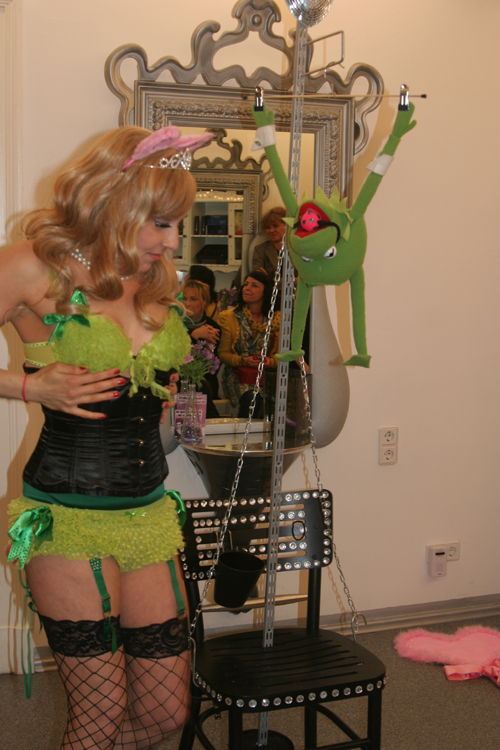 Show Kermits dunkle Seite Burlesque Sheera Champagne 2