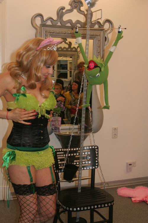 Show Kermits dunkle Seite Burlesque Sheera Champagne 2
