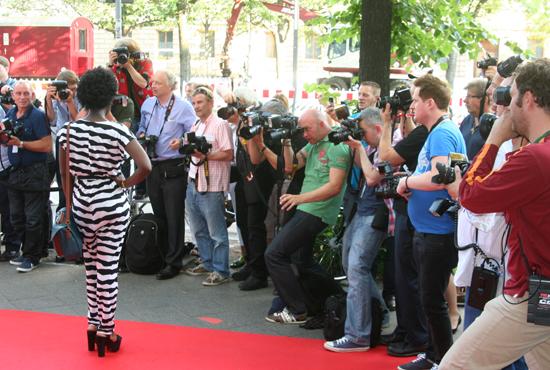 Ivy Quainoo in einem Zebra-Overall