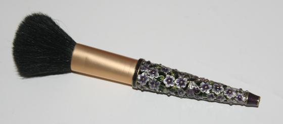 Puderpinsel mit Blumen und Libellen