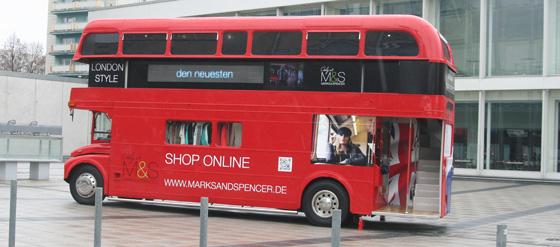 Marks & Spencer zeigt in einem London Bus die Frühjahr- Sommerkollektion 2013