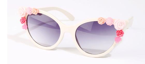Elfenbeinfarbene Sonnenbrille mit Blumenapplikation