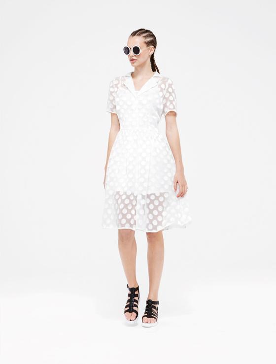 Kleid 22 Euro, Schuhe 13 Euro, Sonnenbrille 3 Euro