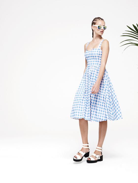 Kleid 22 Euro, Schuhe 22 Euro, Sonnenbrille 3 Euro