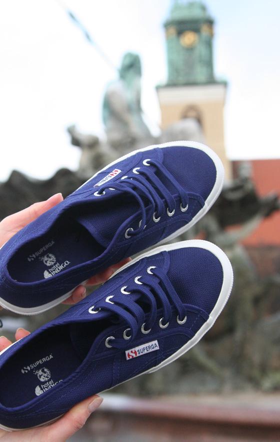 Am Neptunbrunnen mit Superga Sneakers vom Hotel Indigo 01