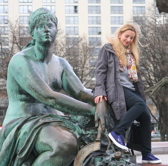 Am Neptunbrunnen mit Superga Sneakers vom Hotel Indigo 04