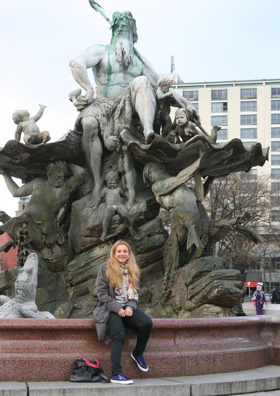 Neptunbrunnen mit Superga Sneakers vom Hotel Indigo
