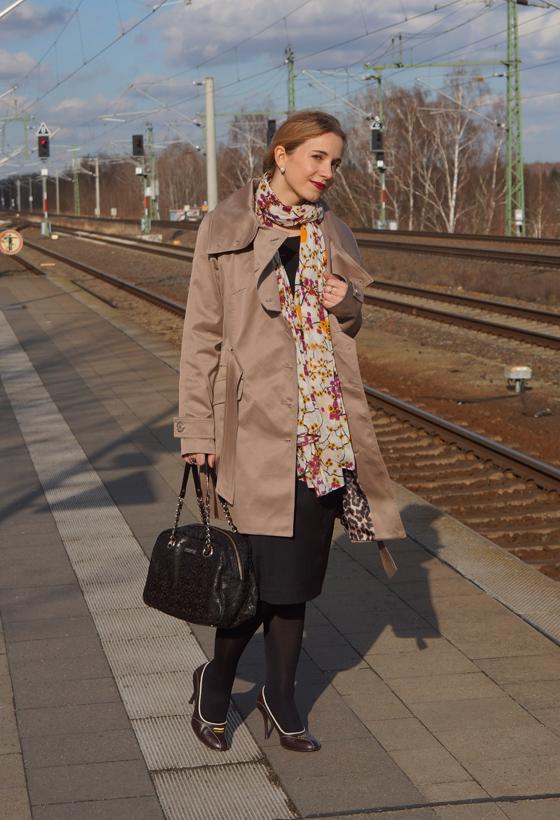 Outfit Trenchcoat mit asymmetrischem Kragen von Alfredo Pauly 01