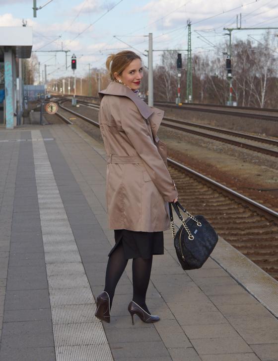 Outfit Trenchcoat mit asymmetrischem Kragen von Alfredo Pauly 02