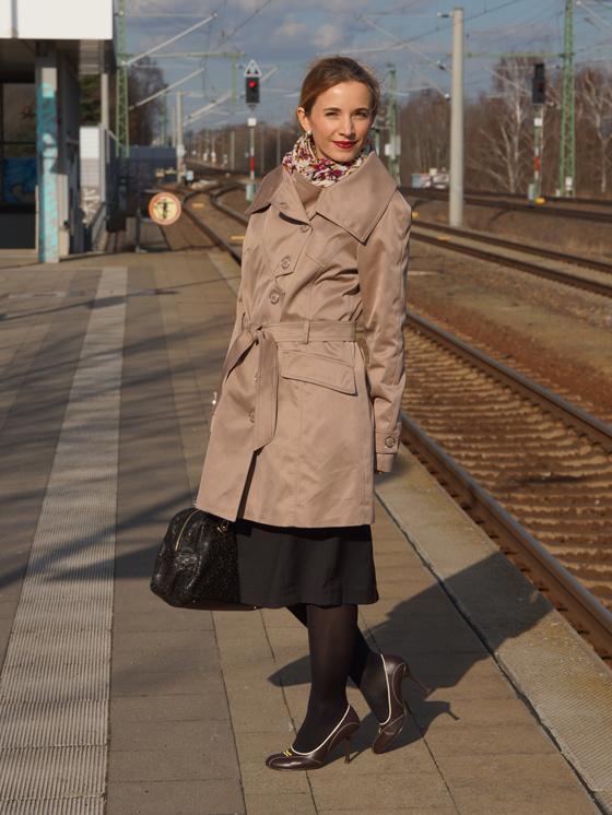 Outfit Trenchcoat mit asymmetrischem Kragen von Alfredo Pauly 03