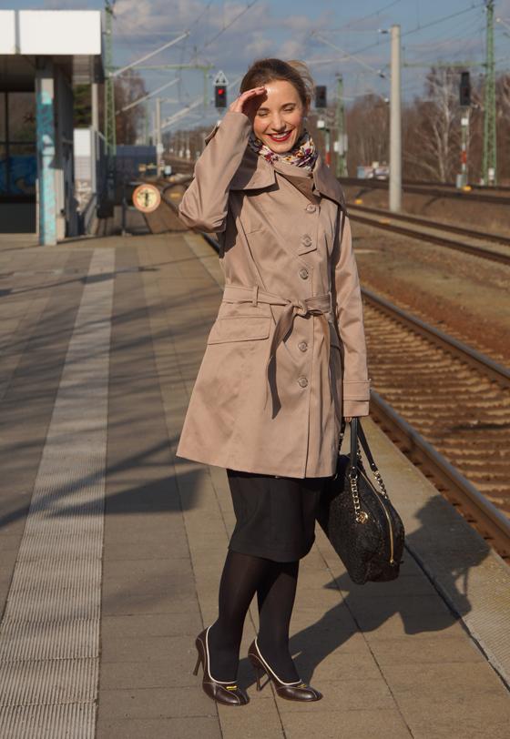 Outfit Trenchcoat mit asymmetrischem Kragen von Alfredo Pauly 05