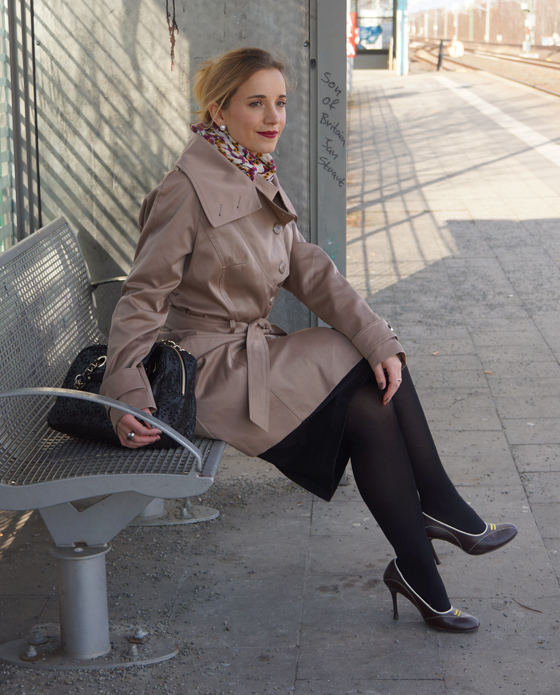 Outfit Trenchcoat mit asymmetrischem Kragen von Alfredo Pauly 09