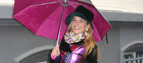 Outfit mit Mantel und Regenschirm im Juni 01