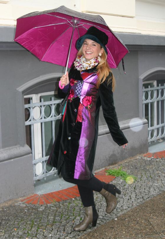 Outfit mit Mantel und Regenschirm im Juni 02