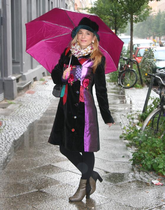 Outfit mit Mantel und Regenschirm im Juni 03
