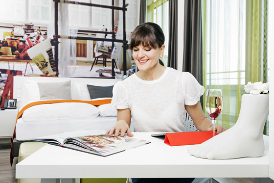 interview mit cynthia barcomi gewinnspiel mit hotel indigo. Black Bedroom Furniture Sets. Home Design Ideas