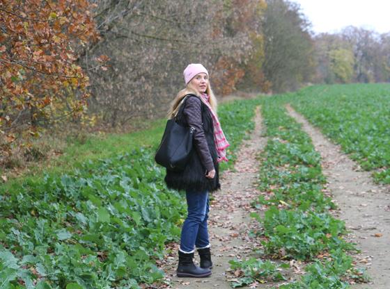 Laura Scott Weste und Tasche Outfit 03