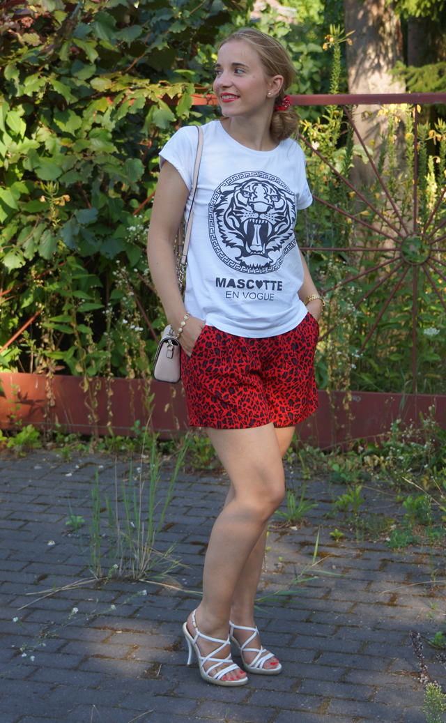 Outfit rote Leo-Shorts 02