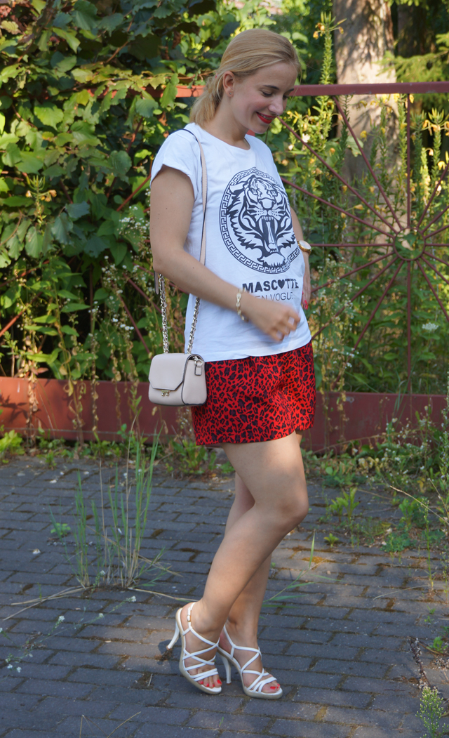 Outfit rote Leo-Shorts 03