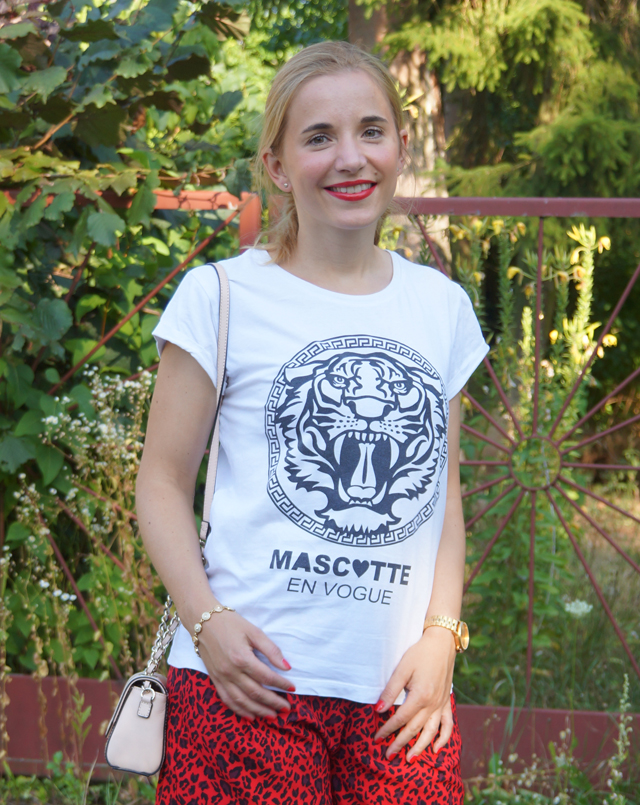 Outfit rote Leo-Shorts 04