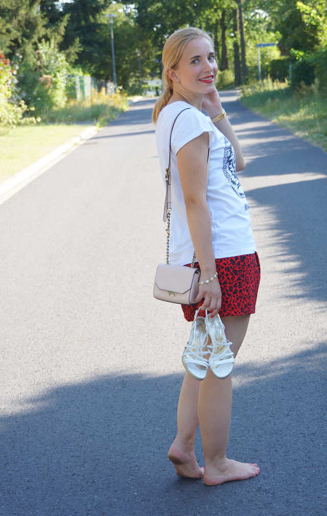 Outfit rote Leo-Shorts 05
