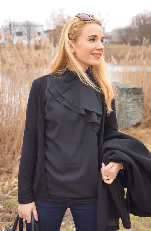 Outfit schwarze Rüschenbluse 03