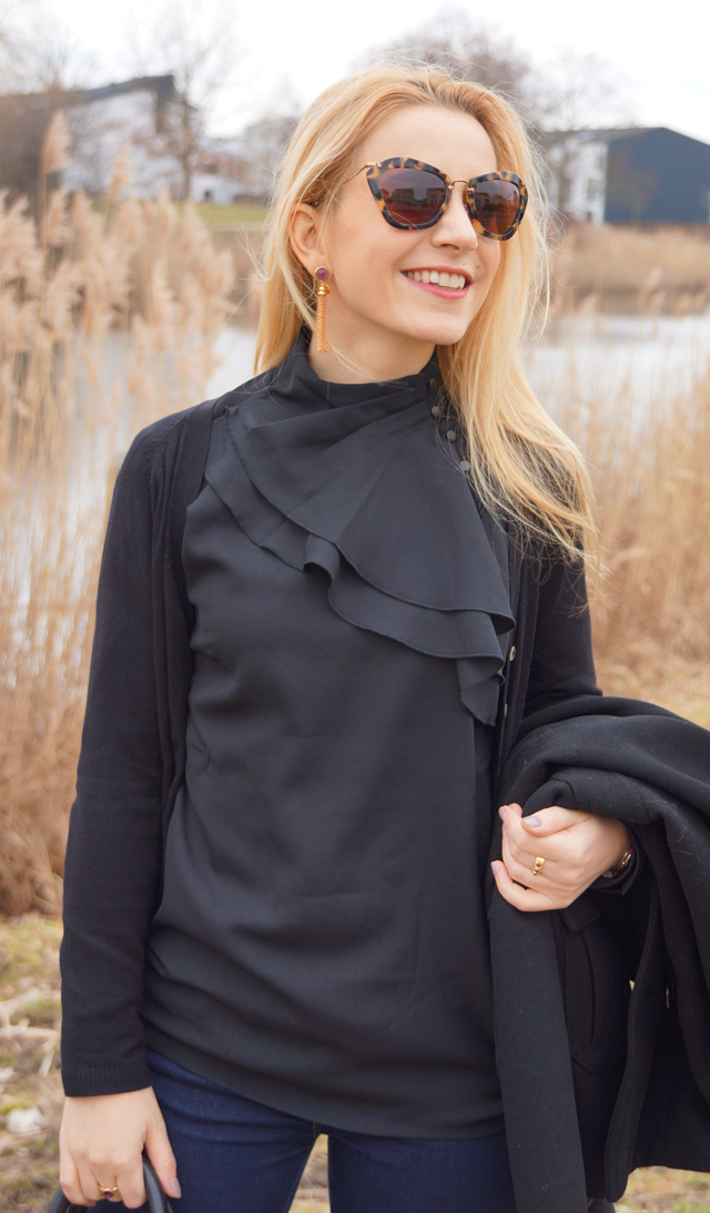 Outfit schwarze Rüschenbluse 04