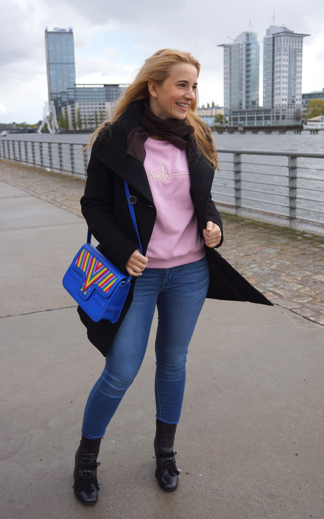 Outfit Marina Hoermanseder Pullover rosa 02