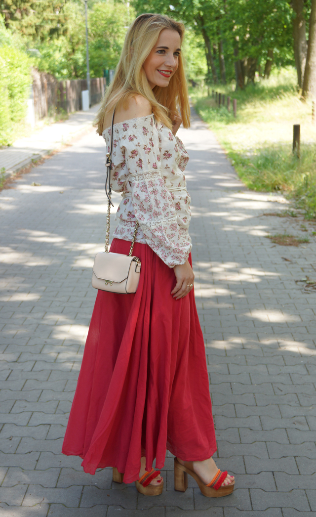 Outfit Off-Shoulder Blümchenbluse und Maxirock 01