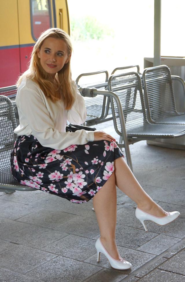 Outfit Kirschblütenrock und weiße Bluse 02
