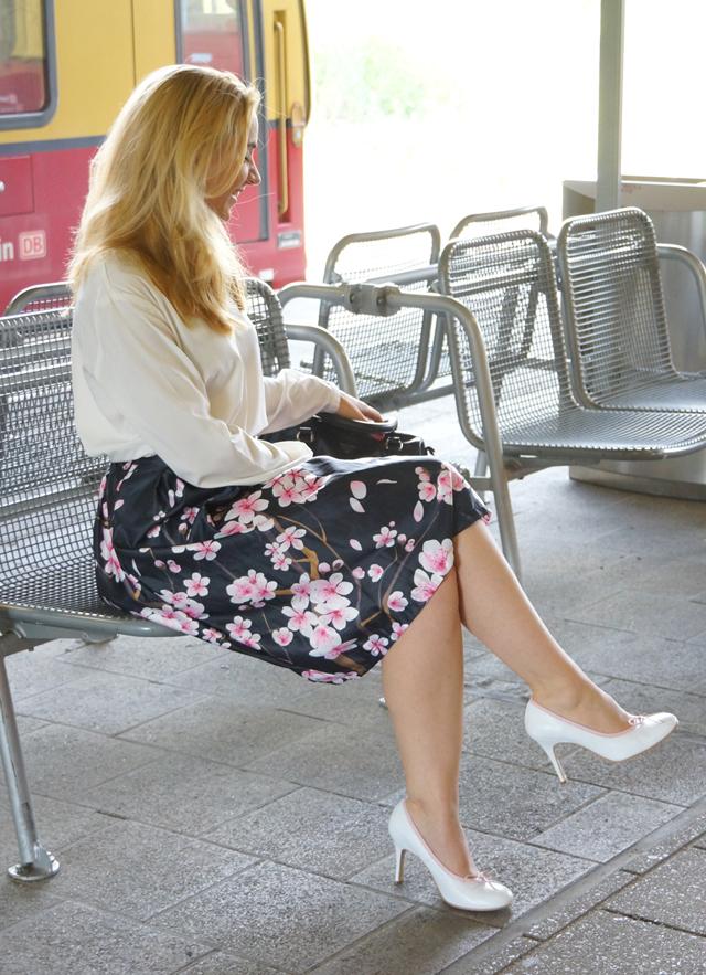 Outfit Kirschblütenrock und weiße Bluse 03
