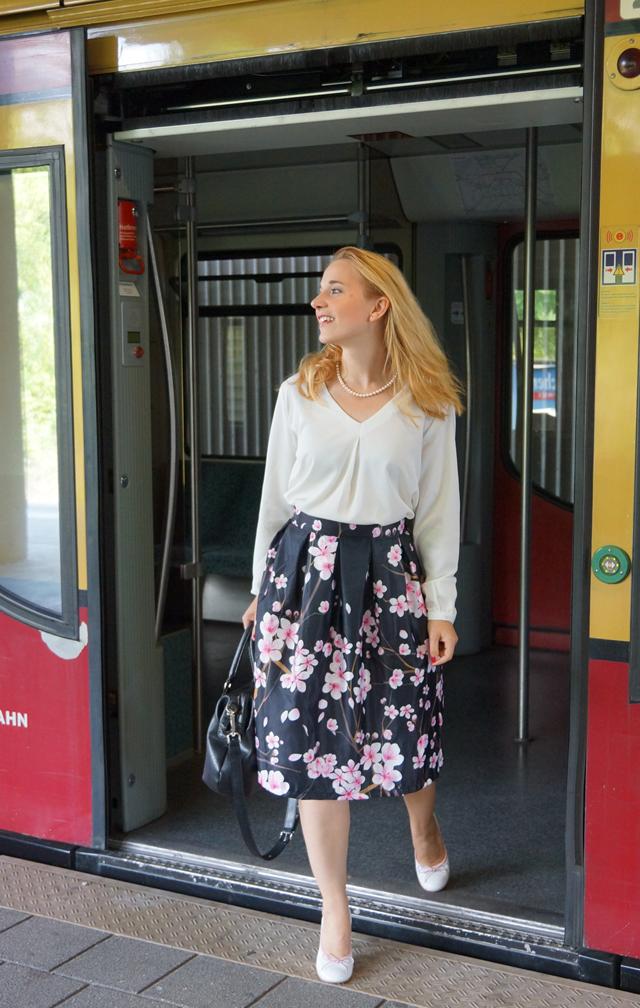 Outfit Kirschblütenrock und weiße Bluse 04